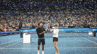 Roger Federer und Belinda Bencic halten am 5. Januar 2019 in Perth den gewonnenen Pokal in die Höhe