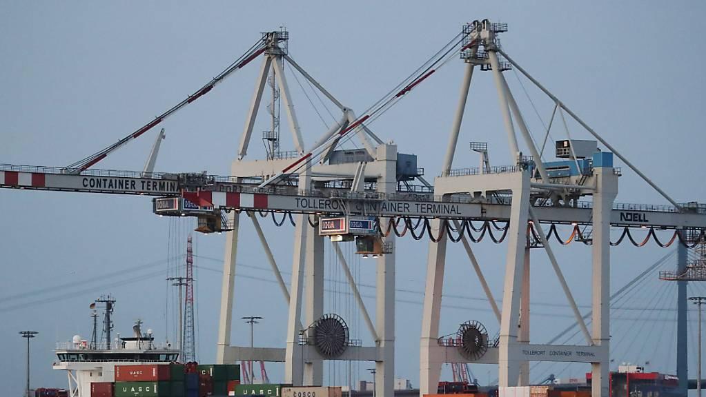 Reederei Hapag-Lloyd sieht noch keine Entspannung bei knappen Transportkapazitäten. (Symbolbild)