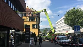 Beim Einsatz an der Bahnhofstrasse kam auch ein Hubrettungsfahrzeug zum Einsatz.