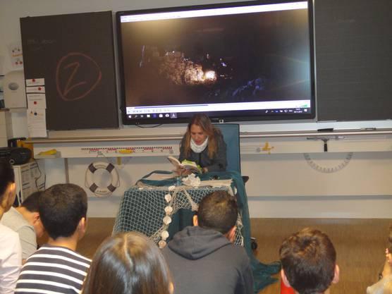 Während der Erzählnacht waren verschiedene Lehrerinnen und Lehrer für das Projekt im Einsatz. Auf dem Bild ist Tanja Känzig gerade dabei eine Geschichte vorzulesen.