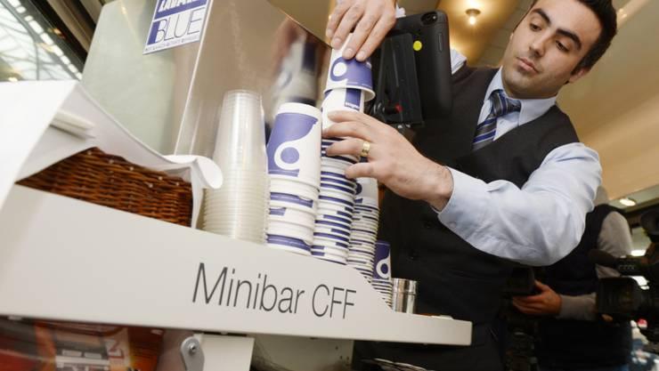 Die SBB schafft die Minibar-Wägelchen in ihren Zügen schrittweise ab. (Archivbild)