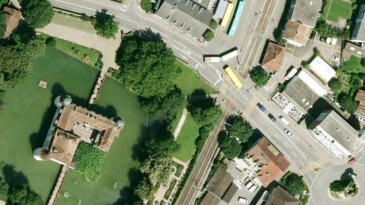 Hier, gleich neben dem Bottminger Wasserschloss, kreuzt sich der Weg von Bus und Tram.