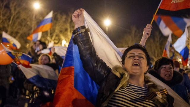 Anhänger Russlands feiern in der Krim den Sieg des Urnengangs