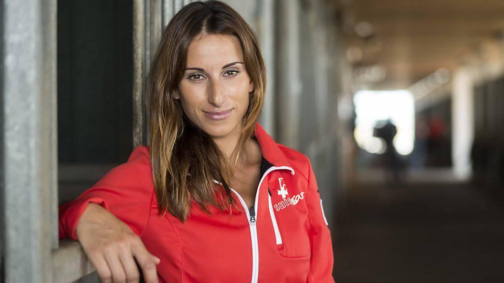 Die Springreiterin Janika Sprunger lächelt in die Kamera