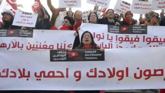 Tunesier protestieren gegen die Rückkehr von Dschihadisten.