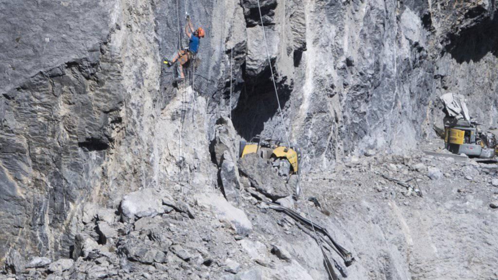 Schwierige Bergungsarbeiten im Felssturzgebiet: Zwei Wochen lagen zwei Verschüttete unter den Gesteinsmassen im Gebiet Ruosalp - nun wurden sie tot geborgen. (Archivbild)