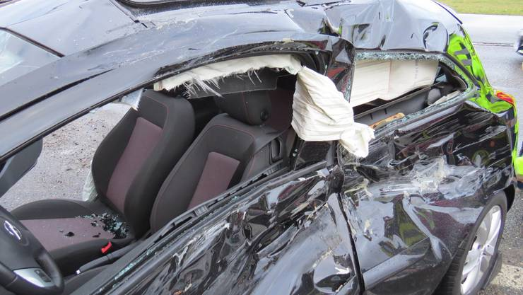 Der Autofahrer musste mit Verletzungen ins Spital.
