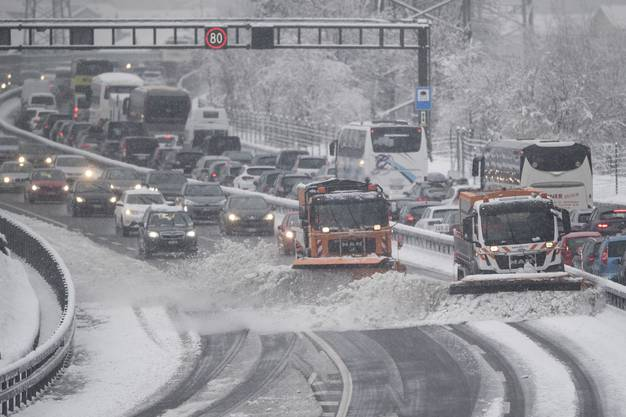 Bei winterlichem Schneetreiben staute sich der Osterreiseverkehr vor dem Gotthard Tunnel auf der A2 in Richtung Süden auf mehrere Kilometer Länge.
