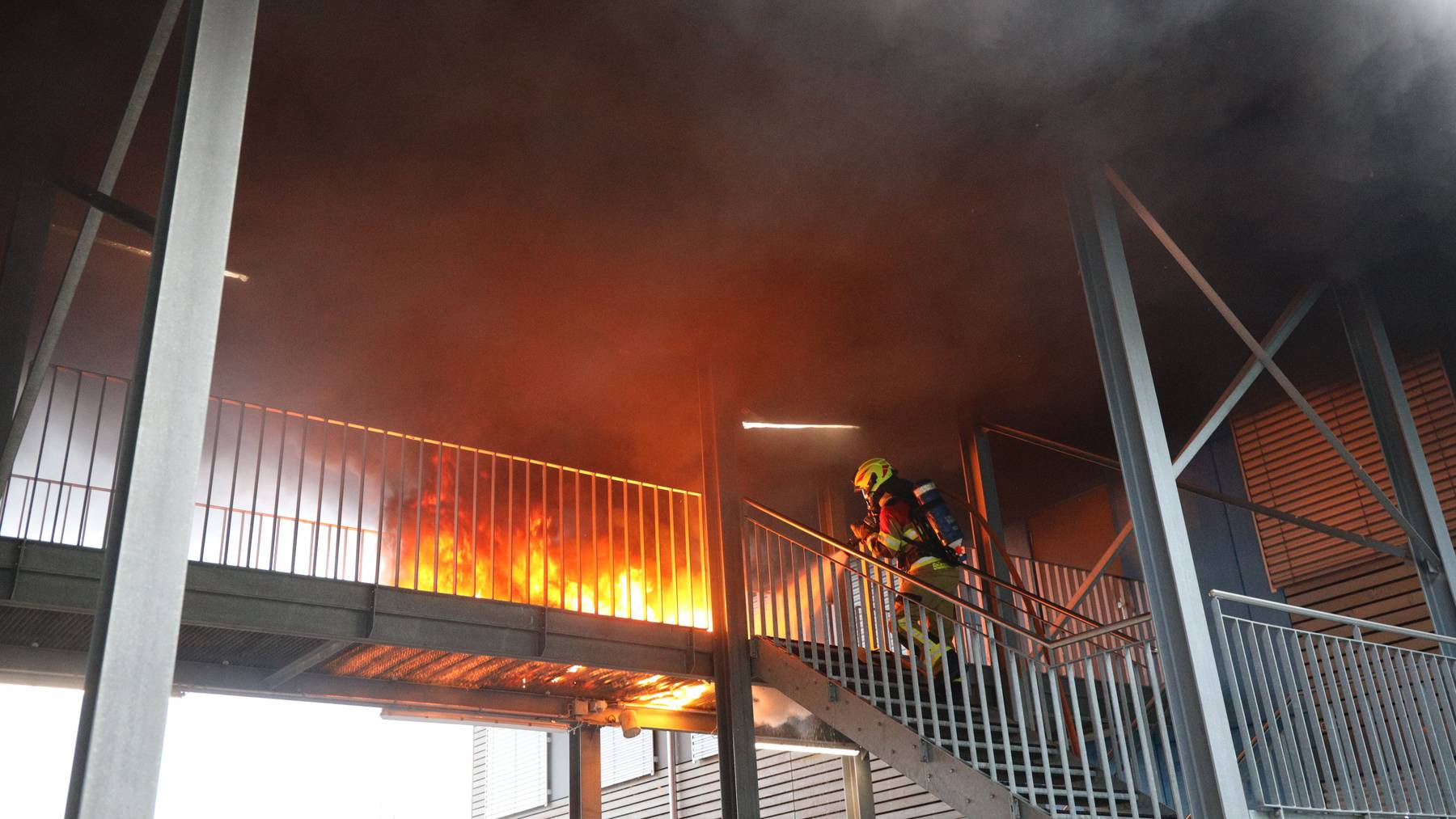 MM147_Zug_Rauch und Flammen bei Schulpavillons_Bild 2