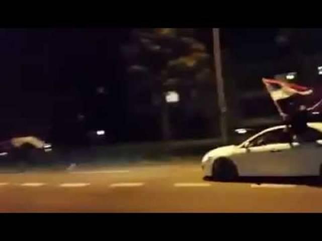 Das Video zeigt, wie die Serben die Strasse in Beschlag nehmen. Auch der Knall einer Schreckschusspistole ist zu hören.