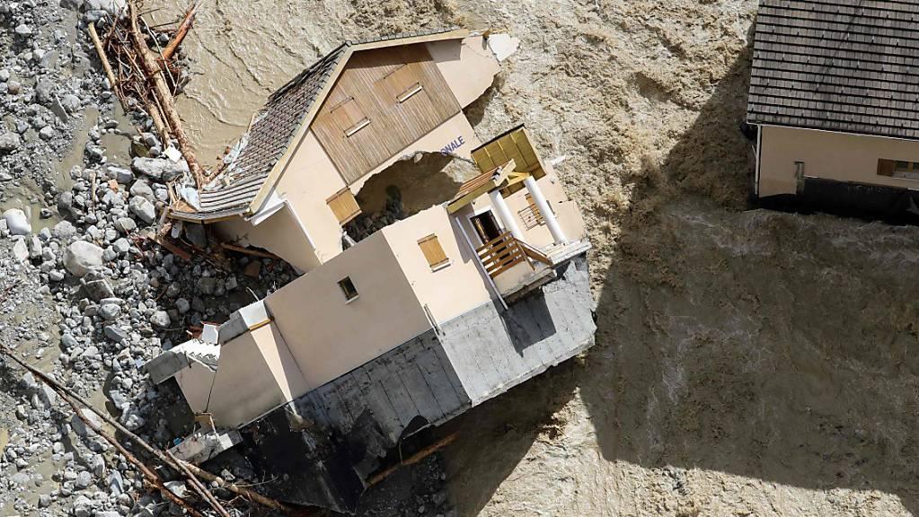 Ein Haus liegt zerstört. Unwetter und Überschwemmungen haben Teile der Region um di südfranzösischen Metropole Nizza verwüstet. Foto: Valery Hache/AFP/dpa