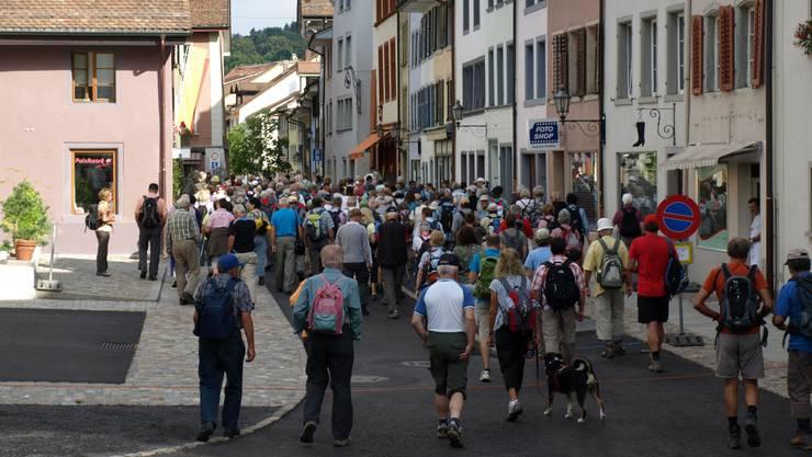 Die rund 210 Leser der az Aargauer Zeitung wandern los: Von der Altstadt Mellingens bis nach Baden.  Michael Hugentobler