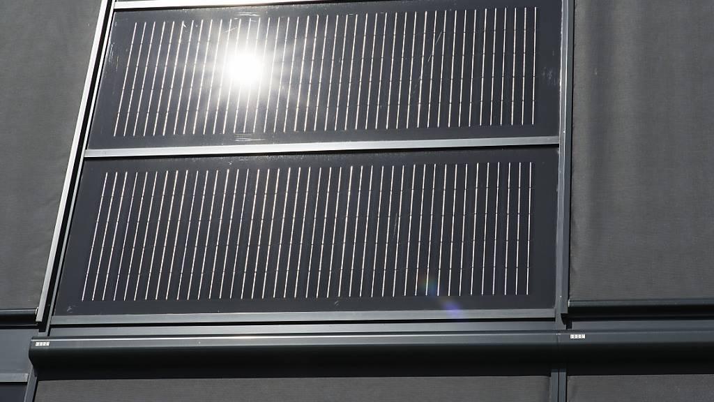 Solarzellen an einer Fassade: Der Kanton Zug will den Einsatz von erneuerbaren Energien im Gebäudebereich fördern. (Symbolbild)