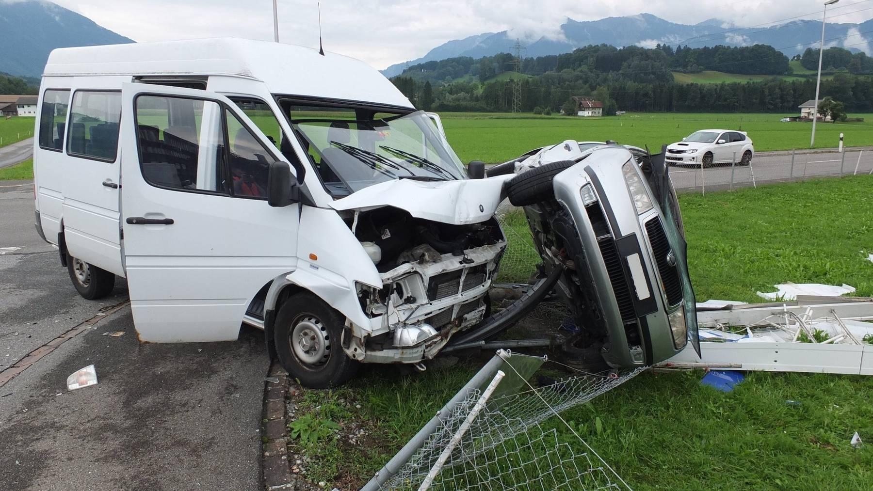 Beide Fahrzeuge erlitten Totalschaden.