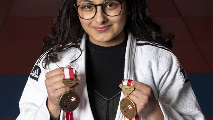 Yasmin Abbani zeigt stolz ihre beiden Medaillen, die sie an den Schweizer Einzelmeisterschaften in Magglingen gewonnen hat.