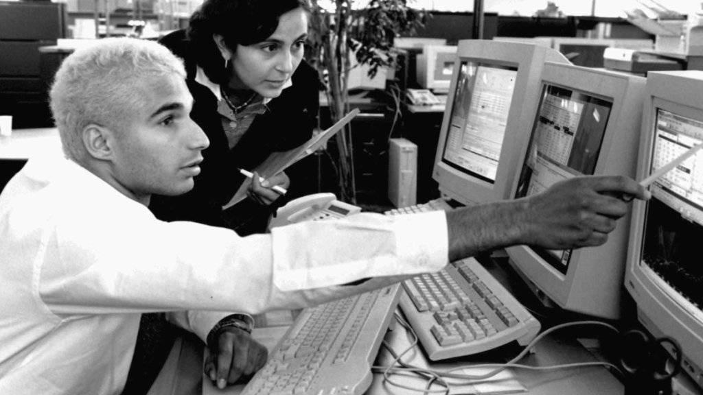 Frauen und Männer erhalten für die gleiche Arbeit oft nicht den gleichen Lohn. Dagegen will der Bundesrat vorgehen: Unternehmen sollen die Löhne prüfen müssen. (Symbolbild)