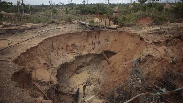 Arbeiter in einer illegalen Goldmine in Peru (Archiv)