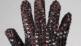 Teil eines mit Swarovski-Kristallen bestückter Handschuh von Michael Jackson (Archiv)