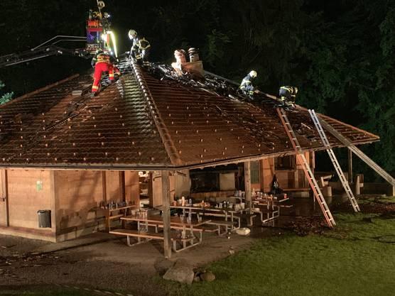 Die Feuerwehr konnte diesen frühzeitig löschen. Fünf Personen wurden ins Spital gebracht. Die Ursache ist noch unklar.