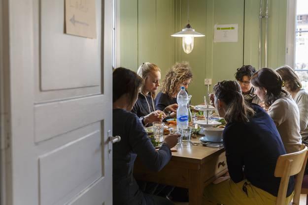 Die Gäste geniessen das Essen in der gemütlichen Atmossphäre