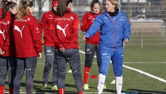 Gespannt hören die Spielerinnen im Training ihrer Trainerin Marina Voss-Tecklenburg zu