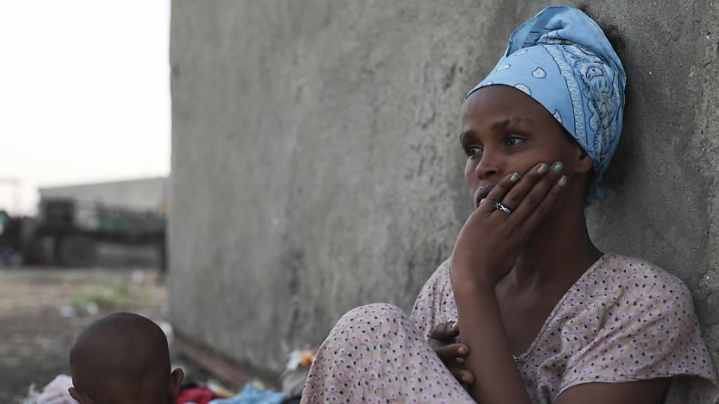 ARCHIV - Flüchtlinge aus der äthiopischen Konfliktregion Tigray sind in der Region al-Qadarif angekommen. Foto: Marwan Ali/AP/dpa