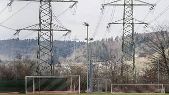 Der Stromkonzern Axpo hat vom Anstieg der Preise am europäischen Strommarkt profitiert und deutlich mehr Gewinn ausgewiesen - im Bild Strommasten in Beznau. (Archiv)