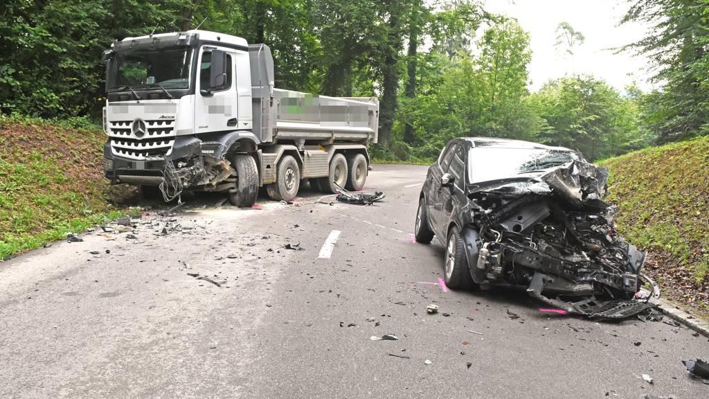 Der Autofahrer wurde beim Unfall verletzt.