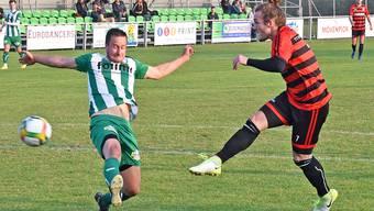 Wangens Rouven Corti (rechts) kommt gegen den FC Einsiedeln zu einer guten Abschluss-Möglichkeit.