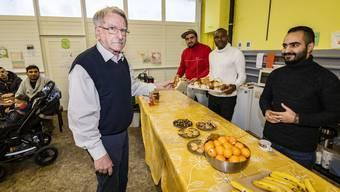 Theo Meyer im Café Mama in Muttenz. Hier arbeiten regelmässig Flüchtlinge, die der Verein «z'RächtCho» vermittelt hat.