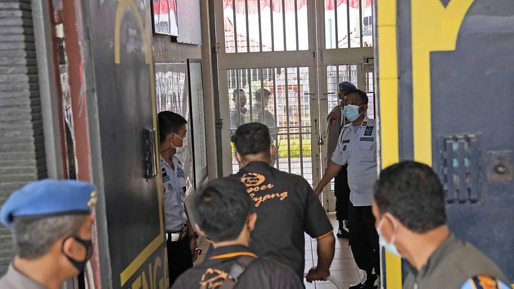 Bei einem Brand in dem Tangerang-Gefängnis in der Nähe der indonesischen Hauptstadt Jakarta sind mindestens 41 Häftlinge ums Leben gekommen und acht weitere schwer verletzt worden. Foto: Dita Alangkara/AP/dpa