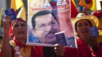 Tausende Anhänger von Hugo Chávez feiern in Caracas symbolisch den Beginn seiner umstrittenen dritten Amtszeit