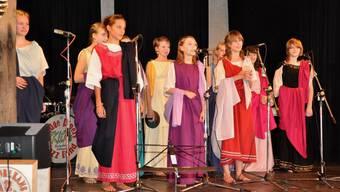 «Catullum Cantare»: Lateinschülerinnen in Römergewändern trugen am ersten Lateintag 2008 in Brugg im Rahmen eines Wettbewerbs selbst vertonte Verse von Catull vor. Im Herbst findet wiederum ein Lateintag statt. (zvg)