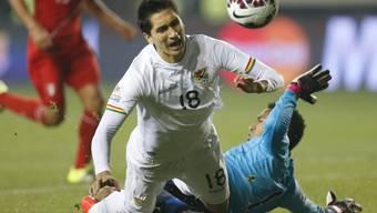 Boliviens Ricardo Pedriel stösst mit Perus Goalie Pedro Gallese zusammen (Archivbild)