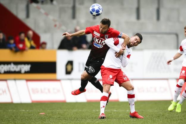 Auch hier obenauf: Elsad Zverotic (l.) nutzt Roberto Alves (r.) als Stütze.