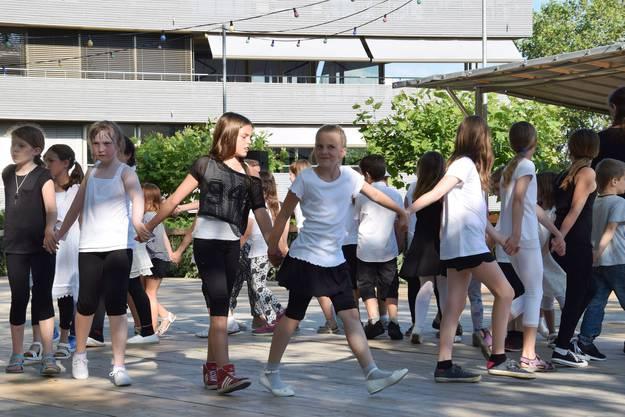 Tanzkurstänze von Unter- und Mittelstufe auf der Tanzbühne Schützenmatt (2)