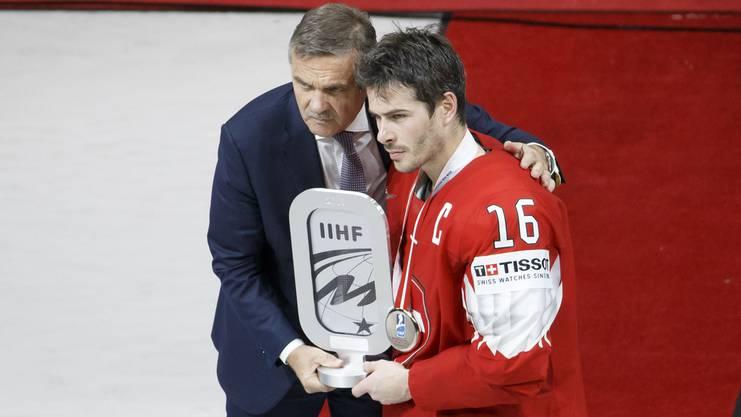 Raphael Diaz (r.) zusammen mit IIHF-Präsident René Fasel.