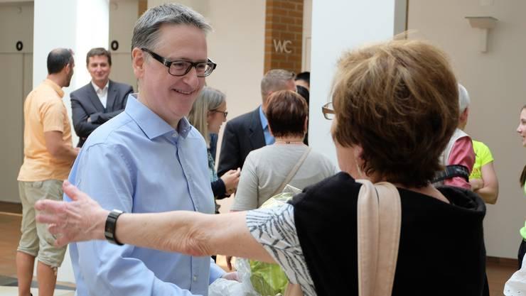 Der neu Dietiker Stadtpräsident Roger Bachmann (SVP) nahm im Stadthaus-Foyer zahlreiche Gratulationen entgegen.