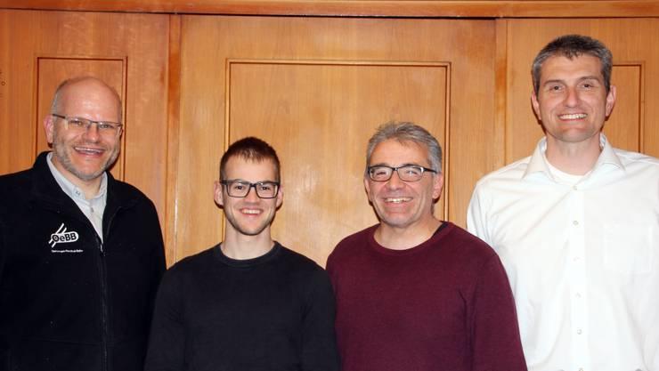 Freudige Stimmung herrschte (v.l.n.r): Markus Schindelholz (Referent), Simon Hafner (neuer Aktuar), Urs Ackermann (ehem. Präsident ad interim), Peter Fluri (neuer Präsident)