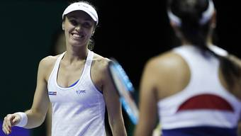 Martina Hingis und ihre Partnerin Chan Yung-jan aus Taiwan während des halbfinals an den WTA-Finals in Singapur