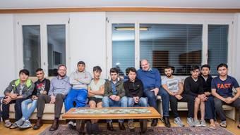 Koen De Bruycker (hellblaues Hemd) und Urs Dummermuth (dunkelblauer Pullover) mit einem Teil der 20 Asylsuchenden aus Afghanistan.