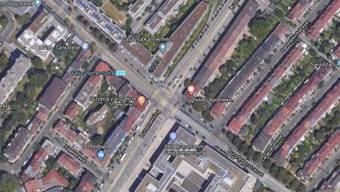 Unmittelbar nach dem Verzweigungsgebiet Luzernerring/Burgfelderstrasse es durch einen unvorsichtigen Fahrstreifenwechsels zum Sturz einer E-Bike-Fahrerin.