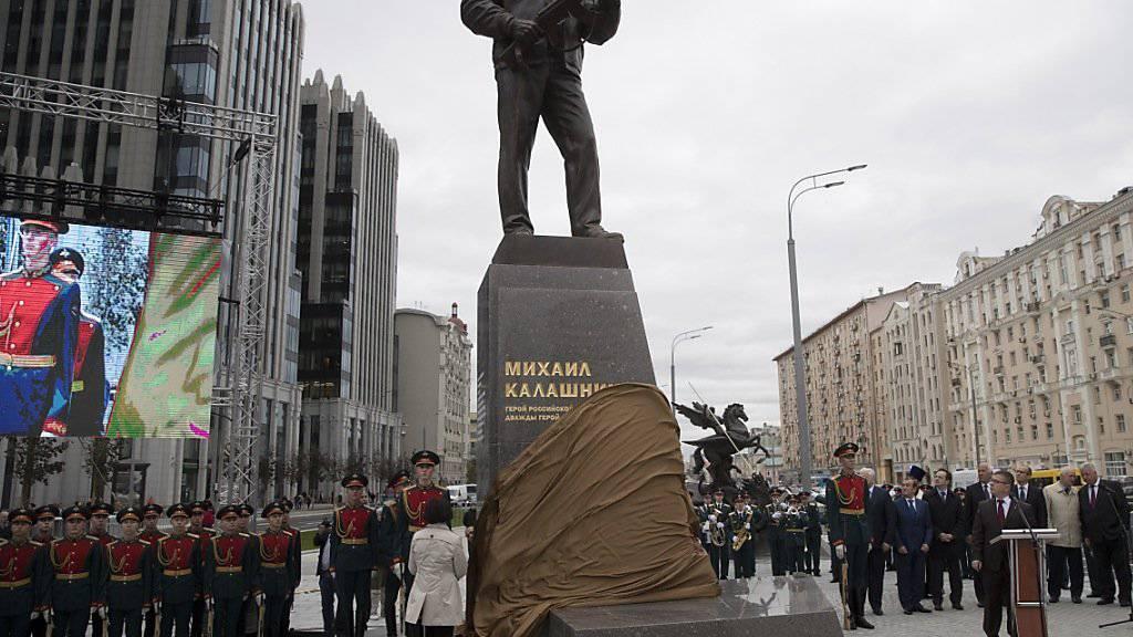 Bei einer Zeremonie war das Kalaschnikov-Monument im Zentrum Moskaus am Dienstag enthüllt worden. Schon kurz darauf entdeckten Experten einen peinlichen Fehler am Werk.