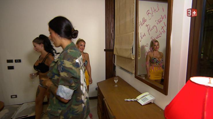 Die Ladys beschmierten Carolines Spiegel mit einer unschönen Botschaft.