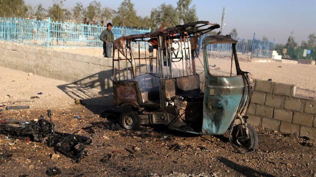 Bei einem Anschlag auf das Begräbnis eines regionalen Politikers im Osten Afghanistans sind mindestens 15 Menschen ums Leben gekommen. Die Bombe explodierte in diesem parkierten Motorrad mitten in der Trauergesellschaft.