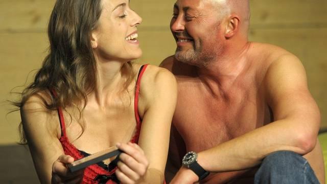 Sarah Gros spielt Claudia D. und Dirk Mühlbach spielt Jörg Kachelmann