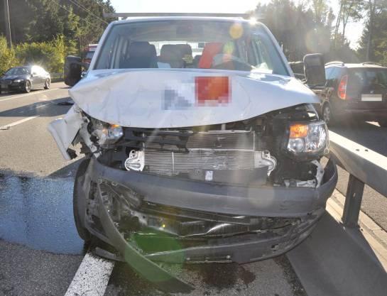Zerstörtes Auto nach dem Auffahrunfall bei Wangen an der Aare.
