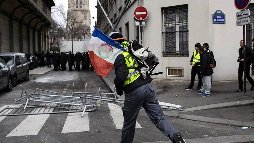 Bei Protesten der «Gelbwesten» in Paris ist es erneut zu Zusammenstössen mit der Polizei gekommen.