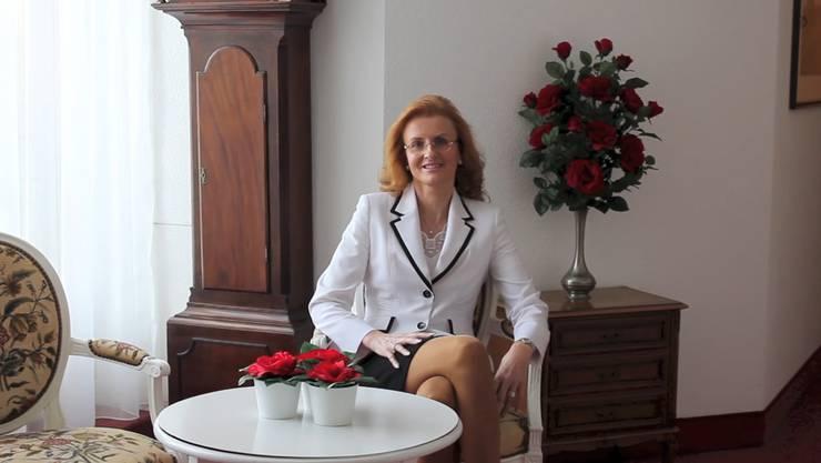 Brigitte Heller spricht in ihrem Video direkt zu ihren Gästen – in Englisch mit eigenwilliger Aussprache.