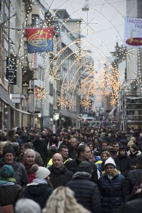Voll, sehr voll: Die Freie Strasse am ersten Basler Sonntagsverkauf 2018.